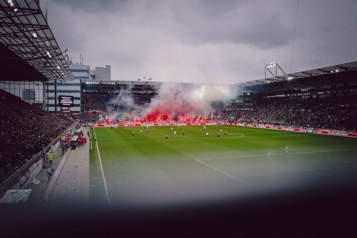 Plan A - Kanzlei für Strafrecht - Pyro-Hausdurchsuchung beim Fußballverein – und das Stadion brennt trotzdem. | (marvin-ronsdorf-XIYZ7NAmojI-unsplash) - (Photo by Marvin Ronsdorf) on Unsplash
